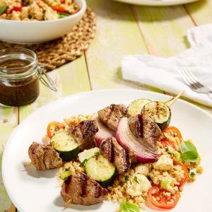 Bò xiên bí ngòi kèm muối vị hương thảo và hạt kê trộn cà chua bi